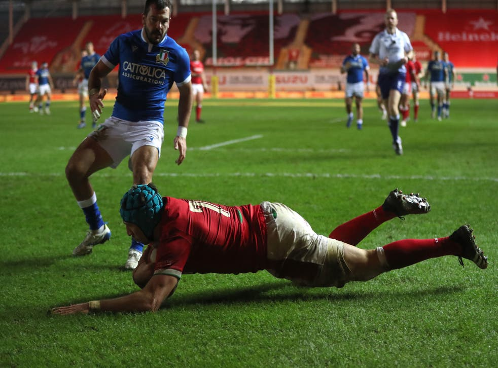 Justin Tipuric scores Wales's fifth and final try to seal victory over Italy