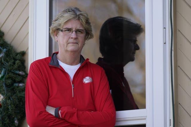 Keli Paaske posa a la entrada de su casa en Olathe, Kansas, el viernes, 4 de diciembre del 2020. Paaske fue despedida en agosto de una compañía que suministra puertas anti incendios para hospitales, tras estar de licencia cinco meses, y está pasando trabajo para encontrar un nuevo empleo.