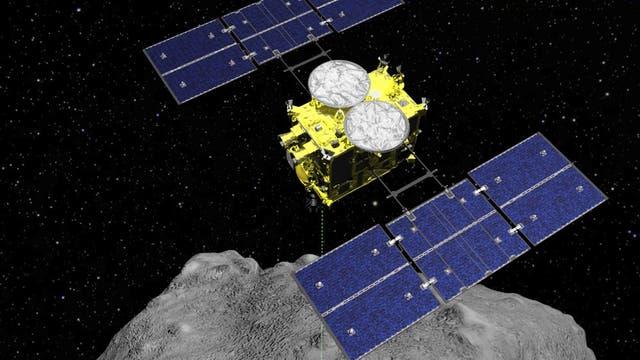 ARCHIVO - Esta imagen gráfica distribuida por la Agencia de Exploración Aeroespacial de Japón (JAXA) muestra la sonda espacial Hayabusa2 sobre el asteroide Ryugu.