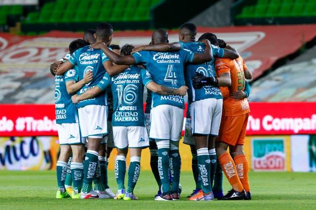 LEÓN, MÉXICO - DICIEMBRE 05: Jugadores de León se apiñan antes del partido de semifinales de la segunda vuelta entre León y Chivas como parte del Torneo Guard1anes 2020 Liga MX en el Estadio León el 5 de diciembre de 2020 en León, México.