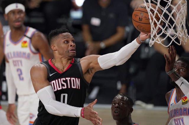 ARCHIVO - En esta foto de archivo del miércoles 2 de septiembre de 2020, Russell Westbrook, de los Rockets de Houston, salta para encestar en un duelo frente al Thunder de Oklahoma City .