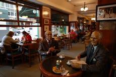 Hablar al comer en restaurantes aumenta riesgo de contagio por Covid
