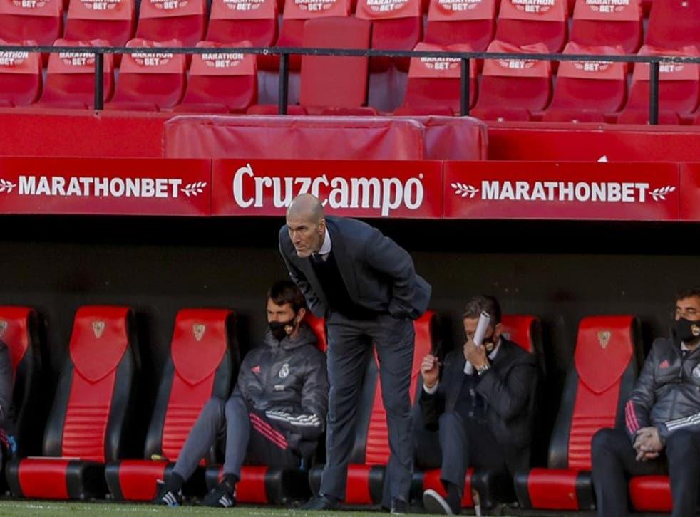 El técnico del Real Madrid Zinedine Zidane observa el partido contra el Sevilla por La Liga.