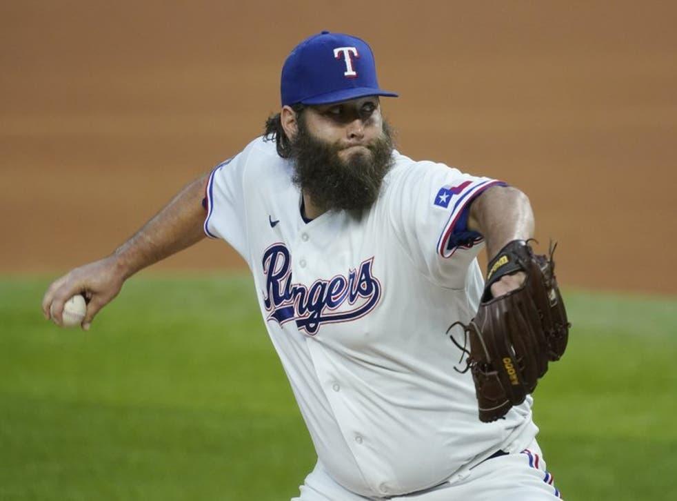 El pitcher Lance Lynn de los Rangers de Texas lanza en un juego contra los Astros de Houston.