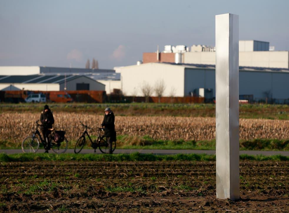 Se muestra un monolito de metal en un campo en Baasrode, Bélgica, el 8 de diciembre de 2020.