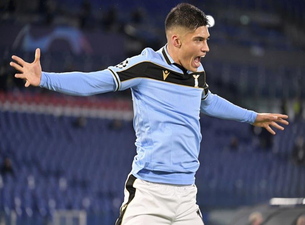 Joaquín Correa celebra tras anotar el primer gol de la Lazio en el empate 2-2 contra Brujas en el partido de la Liga de Campeones.