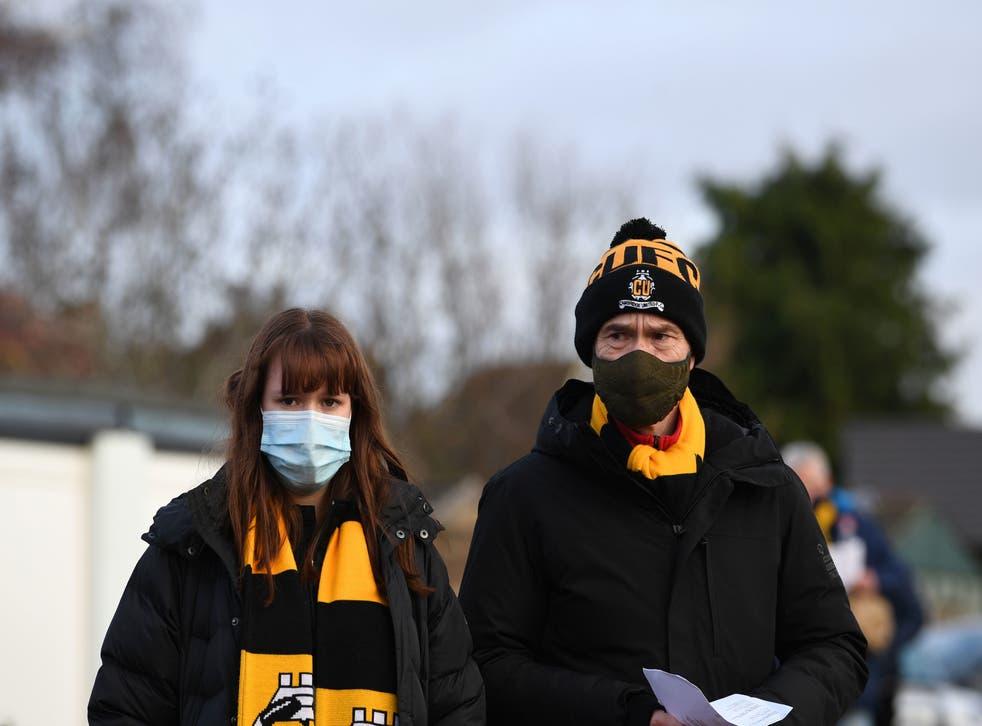 <p>Los fanáticos llegan portando cubrebocas para ver un partido de fútbol en el Abbey Stadium de Cambridge, el 5 de diciembre de 2020.</p>