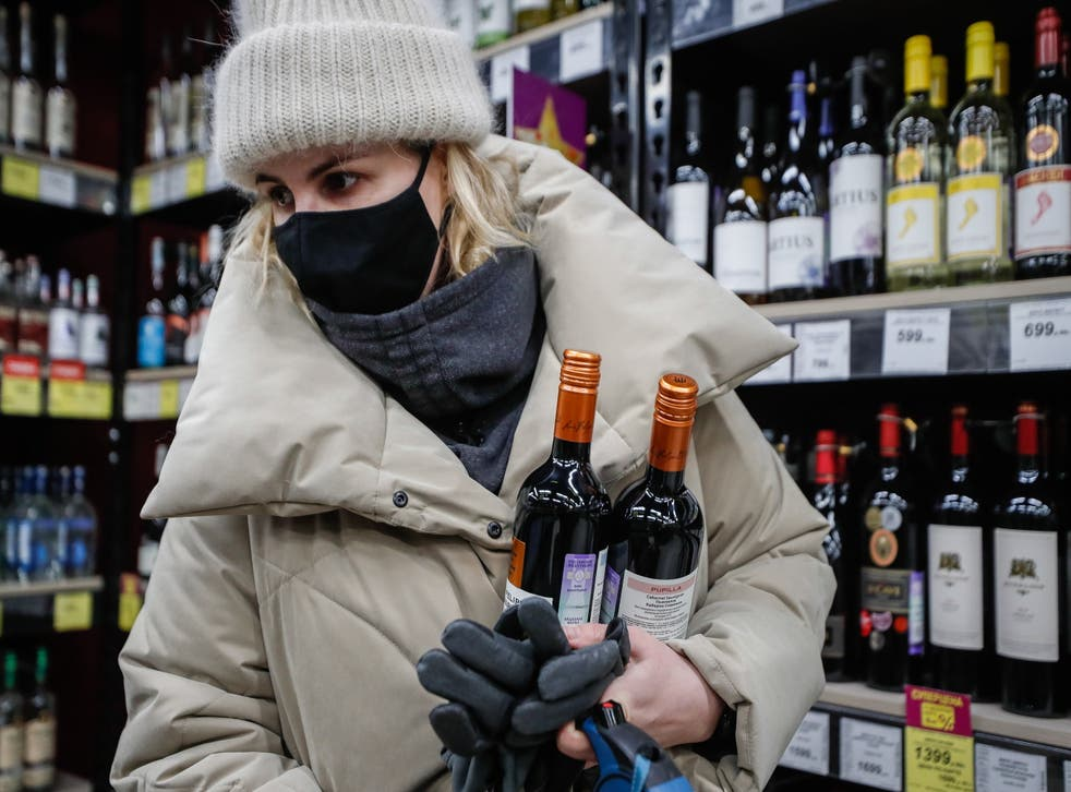 The head of Rospotrebnadzor, Anna Popova, reported the need to refrain from drinking alcohol for up to 56 days for those wishing to be vaccinated against Covid-19