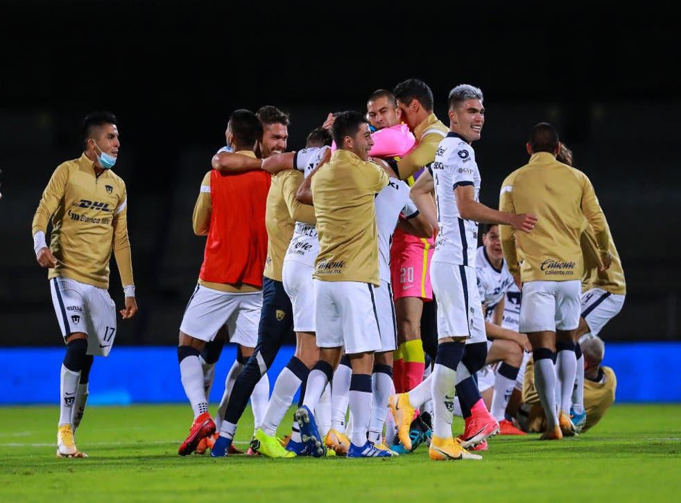 Jugadores de Pumas celebran tras conseguir el pase a la final.