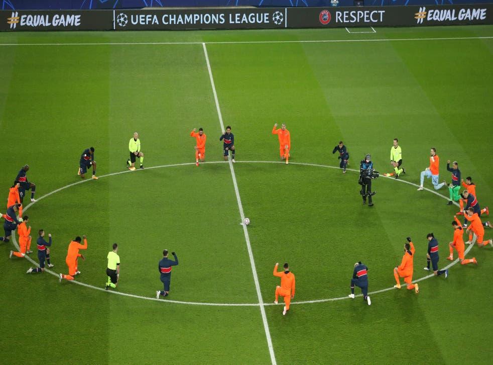 <p>Jugadores del Basaksehir y del Paris Saint Germain se arrodillan junto a los oficiales en la reanudación del partido de la Liga de Campeones.</p>