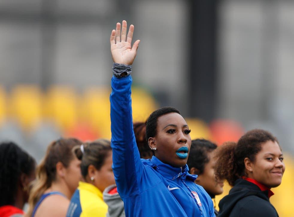 <p>ARCHIVO - En imagen de archivo del 10 de agosto de 2019, la atleta estadounidense Gwen Berry saluda al ser presentada al inicio de la final de lanzamiento de martillo para mujeres en los Juegos Panamericanos de Lima, Perú.&nbsp;</p>