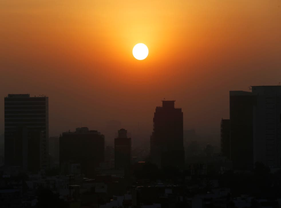<p>ARCHIVO - En esta foto del 20 de febrero del 2020, el sol se alza entre el smog de la Ciudad de México. Cinco años después de un histórico en París, los líderes mundiales se reúnen de nuevo para aumentar sus esfuerzos contra el calentamiento global.&nbsp;</p>
