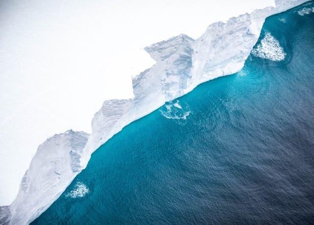 <p>La masa de hielo podría desintegrarse en su trayecto a la isla de Georgia del Sur</p>