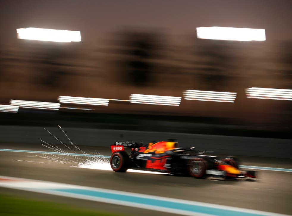 <p>El piloto de Red Bull Max Verstappen durante la segunda sesión de entrenamientos libres en el circuito Yas Marina, antes del Gran Premio de Abu Dabi, en Abu Dabi, Emiratos Árabes Unidos, el 11 de diciembre de 2020.&nbsp;</p>