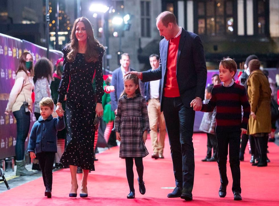 <p>El príncipe Guillermo y Kate, duquesa de Cambridge, con sus hijos asisten a un espectáculo navideño en el teatro Palladium de Londres, 11 de diciembre de 2020, en homenaje a los trabajadores de la salud y sus familias por su trabajo durante la pandemia de COVID-19.&nbsp;</p>