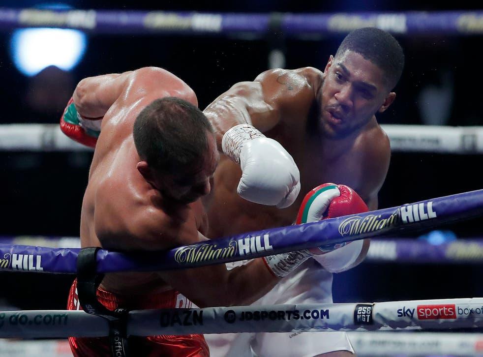 <p>El británico Anthony Joshua asesta un golpe al búlgaro Kubrat Pulev, durante una pelea por el título de los pesados, realizada el sábado 12 de diciembre de 2020 en la Arena Wembley de Londres.</p>
