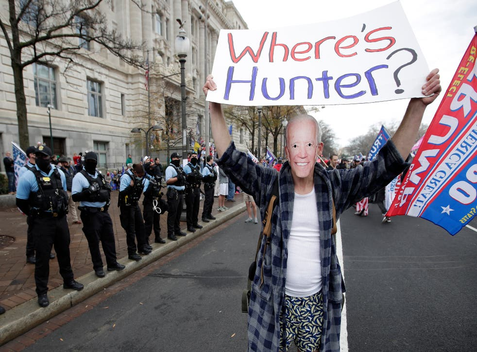 """<p>Un simpatizante del presidente Donald Trump disfrazado de Joe Biden participa en una manifestación en la Plaza de la Libertad en Washington, el sábado 12 de diciembre de 2020. El cartel dice """"¿Dónde anda Hunter?"""", el hijo de Biden.</p>"""