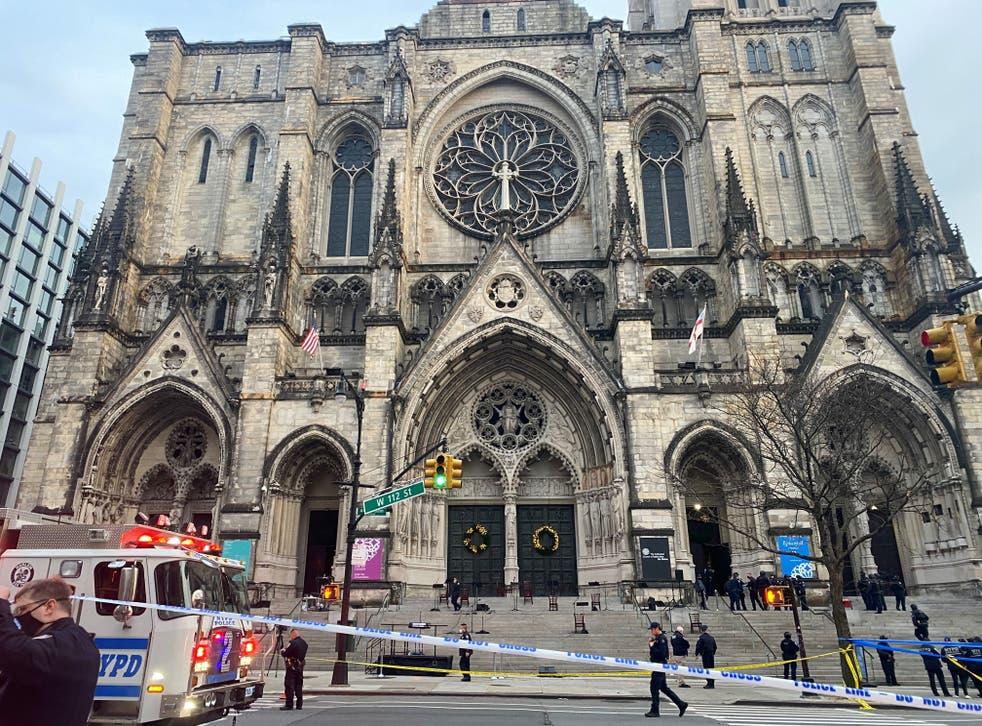 <p>Hombre baleado por la policía después de un tiroteo al final del concierto de villancicos en la catedral de Manhattan.</p>