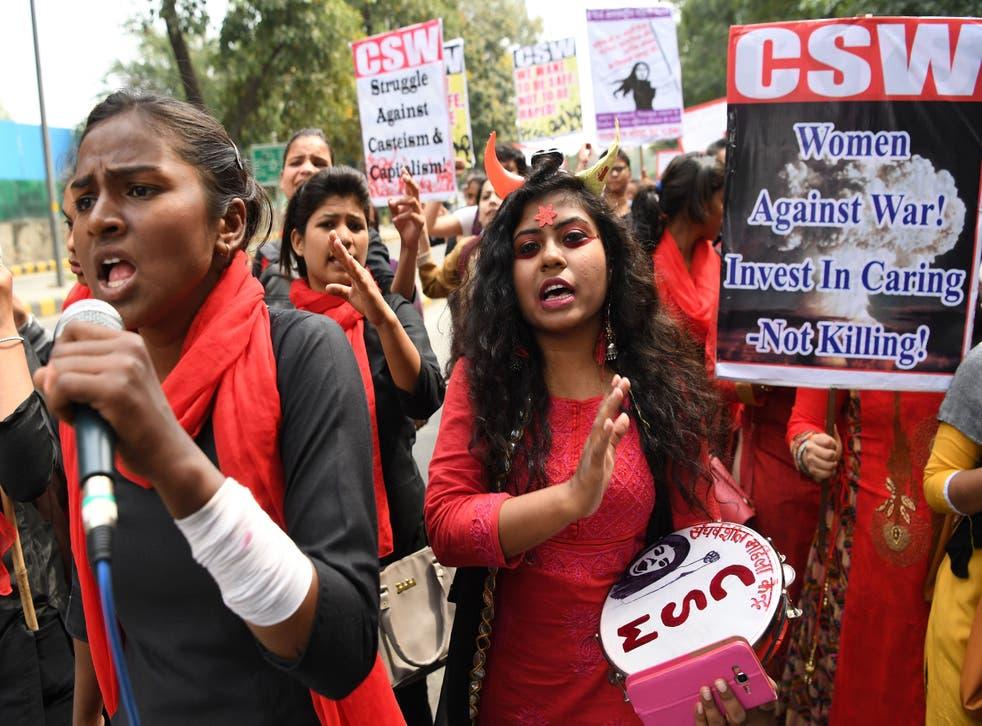 <p>Mujeres indias gritan consignas en una marcha para conmemorar el Día Internacional de la Mujer en Nueva Delhi el 8 de marzo de 2019</p>
