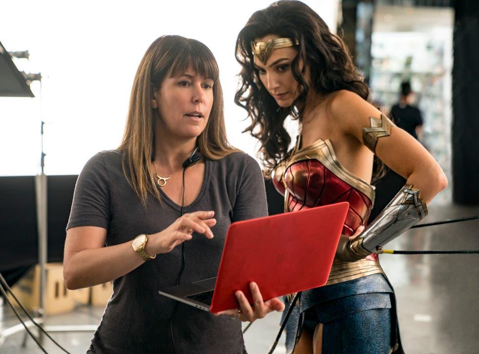 """<p>Esta imagen publicada por Warner Bros. Entertainment muestra a la directora Patty Jenkins, a la izquierda, con la actriz Gal Gadot en el set de """"Wonder Woman 1984"""".&nbsp;</p>"""