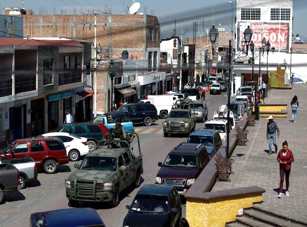 <p>Los vehículos de patrulla de la Guardia Nacional atraviesan la plaza central de Apaseo el Alto, estado de Guanajuato, México. Los dos cárteles de la droga más poderosos del hemisferio luchan por este centro industrial y agrícola</p>