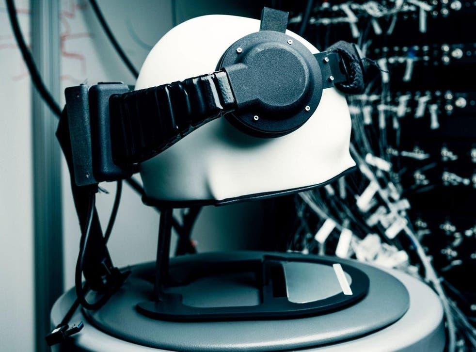 Zestaw słuchawkowy używany przez badaczy interfejsu mózg-maszyna Facebooka