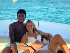 Alphonso Davies recibe ataques racistas en por fotografía con su novia