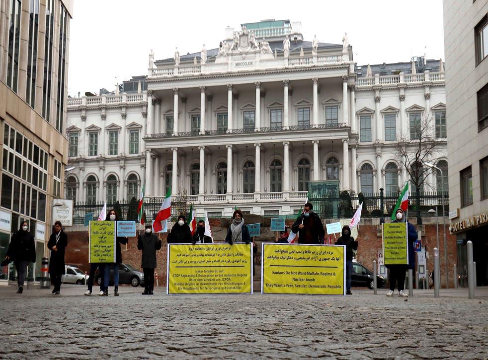 """<p>Miembros del """"Consejo de Resistencia"""" iraní manifiestan en Viena, Austria, miércoles 16 de diciembre de 2020, por la reactivación de las sanciones de la ONU contra Irán.&nbsp;</p>"""