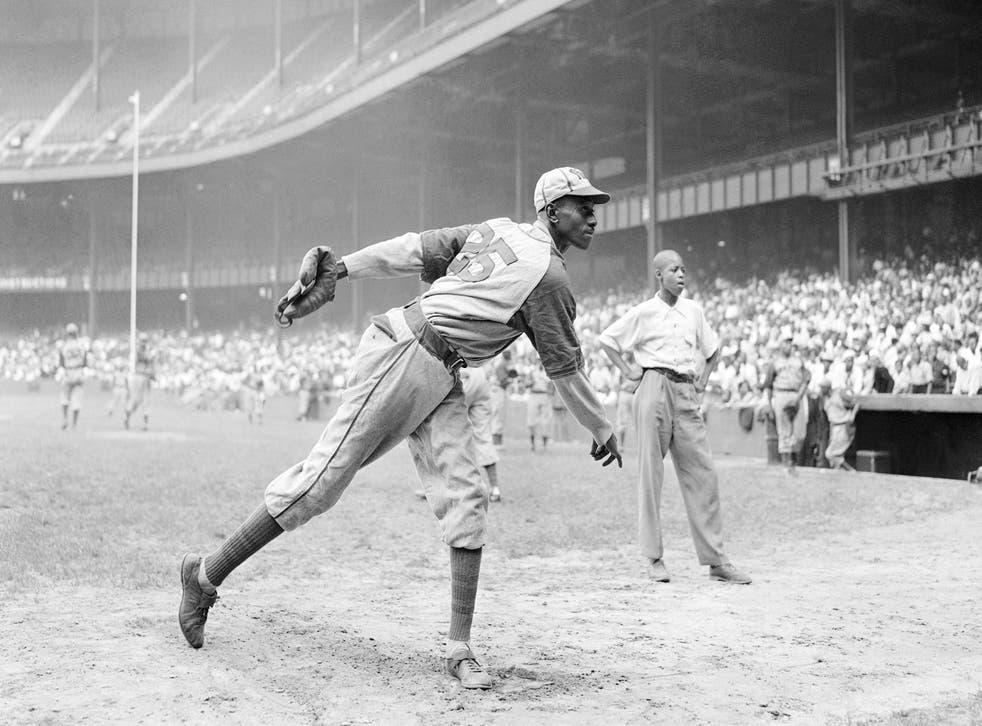 <p>ARCHIVO - En esta foto del 2 de agosto de 1942, el lanzador de los Monarchs de Kansa City Leroy Satchel Paige se prepara antes de un partido contra los New York Cuban Stars, de las Ligas Negras.&nbsp;</p>
