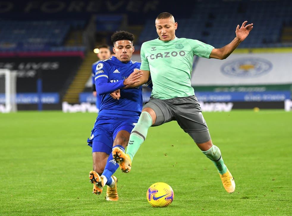 <p>El atacante brasileño de Everton Richarlison, derecha, se disputa el balón con el jugador de Leicester Wesley Fofana en un partido de la Liga Premier inglesa el miércoles, 16 de diciembre del 2020. &nbsp;</p>