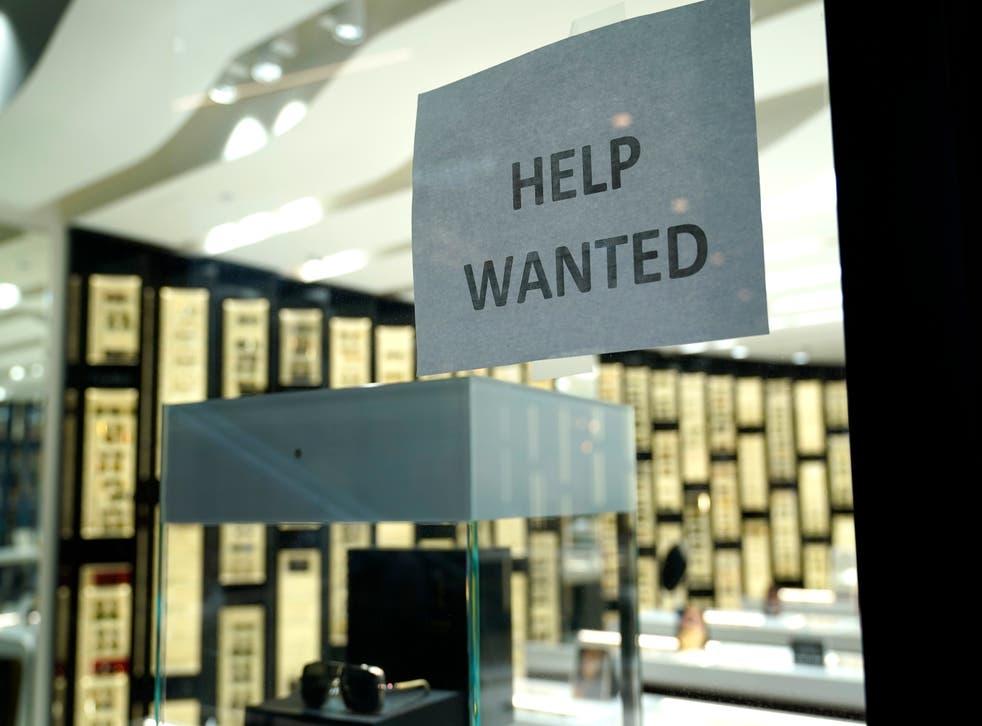<p>Fotografía de archivo del 6 de noviembre de 2020 de un letrero de oferta de empleo en una tienda de Designer Eyes en el centro comercial Brickell City Centre, en Miami.&nbsp;</p>