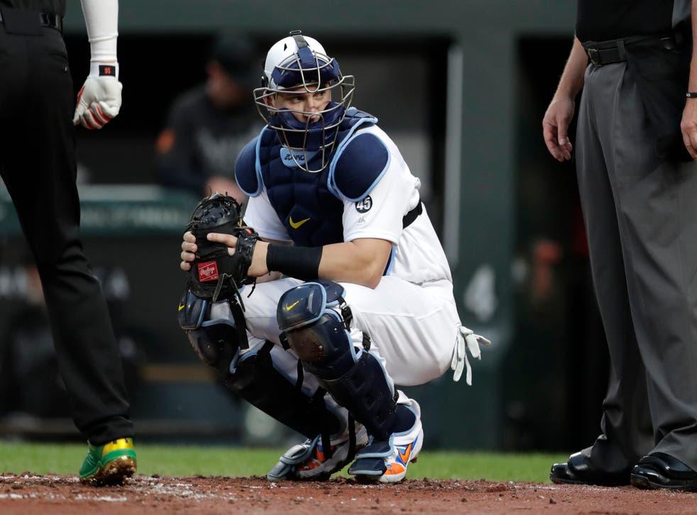 <p>ARCHIVO - En imagen de archivo del viernes 23 de agosto de 2019, el receptor Mike Zunino, de los Rays de Tampa Bay, observa al dugout en el primer inning del partido ante los Orioles, en Baltimore.&nbsp;</p>