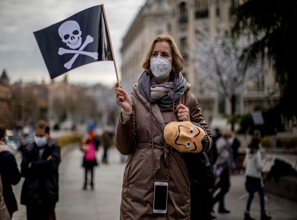 <p>Unas personas protestan contra una iniciativa de ley para legalizar la eutanasia, frente al Parlamento español, en Madrid, España, el 17 de diciembre de 2020.&nbsp;</p>