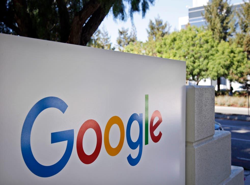 <p>ARCHIVO - Esta fotografía del 20 de octubre de 2015 muestra un letrero de Google en la sede de la compañía en Mountain View, California.&nbsp;</p>