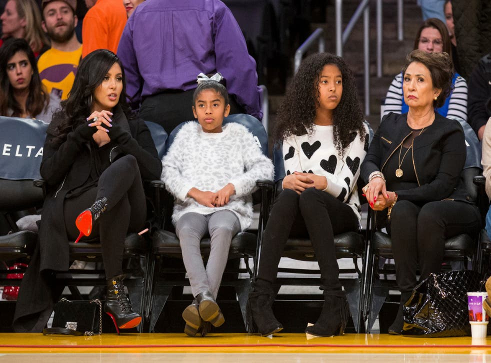 <p>ARCHIVO - En imagen de archivo del 29 de noviembre de 2015, de izquierda a derecha, Vanessa Bryant, sus hijas Gianna Bryant, Natalia Bryant y la madre de Vanessa, Sofia Laine, presencian un partido entre los Lakers de Los Ángeles y los Pacers de Indiana, en el Staples Center de Los Ángeles.&nbsp;</p>