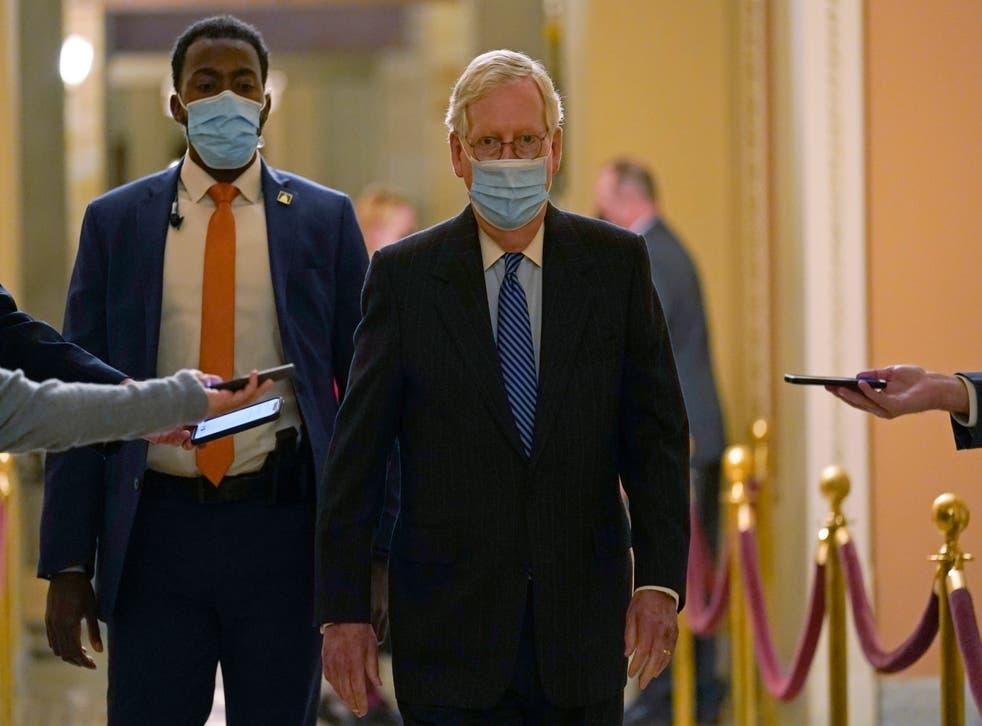 <p>El líder de la mayoría en el Senado, el republicano Mitch McConnell, pasa frente a los periodistas en el Congreso, Washington, 15 de diciembre de 2020.&nbsp;</p>
