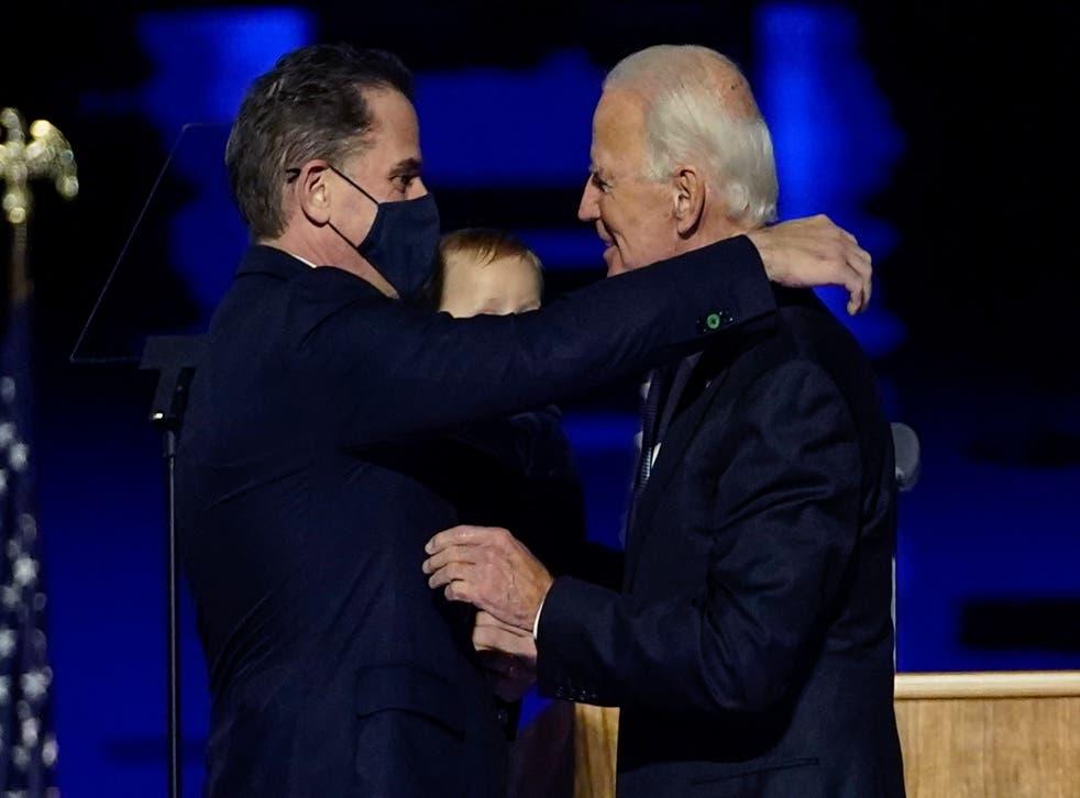 <p>ARCHIVO - En esta fotografía de archivo del 7 de noviembre de 2020, el presidente electo Joe Biden, a la derecha, intercambia un abrazo con su hijo Hunter Biden, en Wilmington, Delaware.&nbsp;</p>