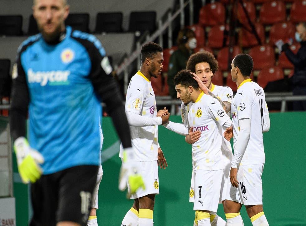 <p>Jadon Sancho es felicitado por sus compañeros tras anotar el segundo tanto de su equipo.</p>