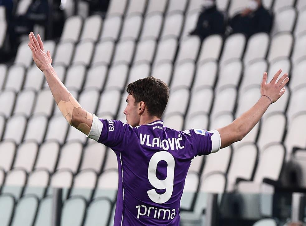 <p>Dusan Vlahovic festeja tras anotar ante la Juventus.</p>