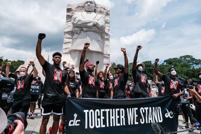 <p>Compraron la causa que defiende Black Lives Matter con el grupo que atacó el Capitolio.</p>