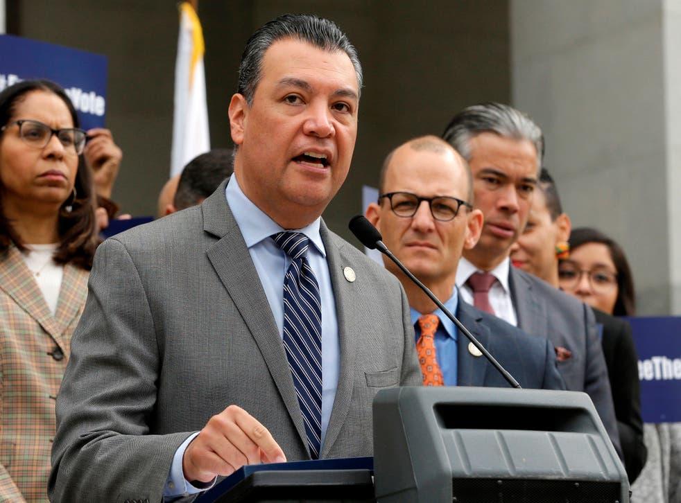 <p>Alex Padilla hablando en conferencia de prensa en Sacramento, California, el 28 de enero del 2019, cuando era secretario de estado. Padilla ocupará la plaza dejada vacante por Kamala Harris en el Senado de EEUU.&nbsp;</p>