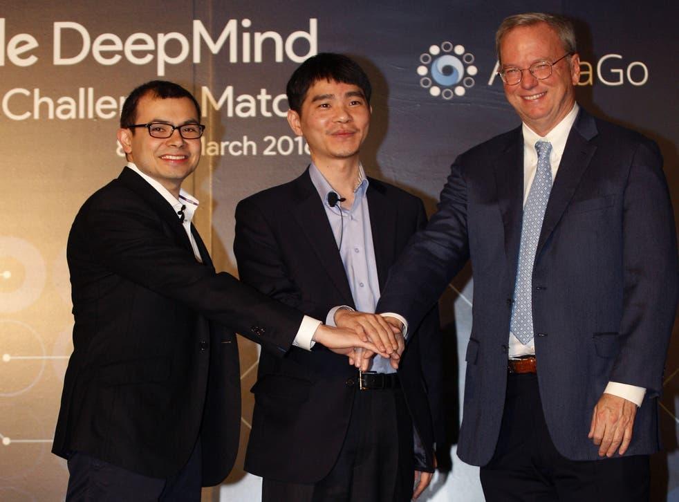 <p>SEÚL, COREA DEL SUR - MARZO 08: (De izq. a der. ) Demis Hassabis, CEO de la empresa de inteligencia artificial (IA) de Google, DeepMind, el jugador profesional de Go de Corea del Sur, Lee Se-dol, y el CEO de Google, Eric Schmidt, asisten a la conferencia de prensa el 8 de marzo de 2016 en Seúl, Corea del Sur. Lee Se-dol jugará un partido de cinco juegos contra un programa de computadora desarrollado por Google, AlphaGo, a partir del 9 de marzo.&nbsp;</p>