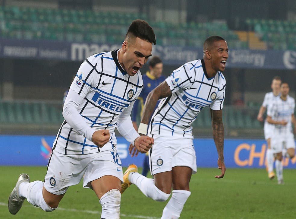 <p>El delantero argentino del Inter de Milán Lautaro Martínez, izquierda, celebra tras anotar el primer gol del equipo en un partido de la Serie A italiana contra Verona el miércoles, 23 de diciembre del 2020.&nbsp;</p>