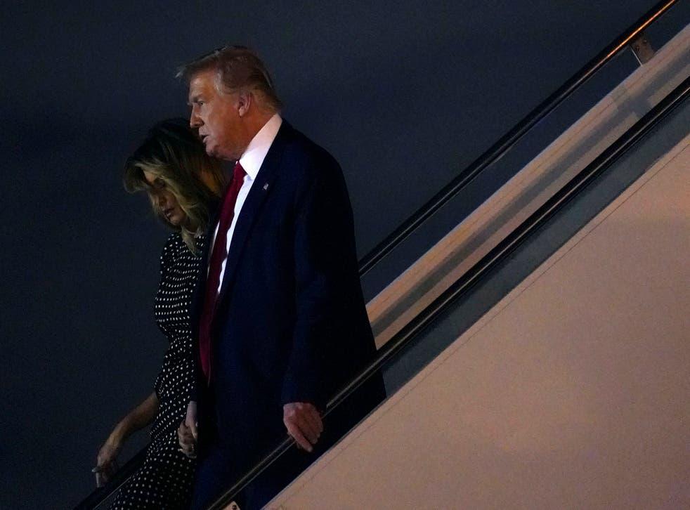 <p>El presidente Donald Trump y la primera dama Melania Trump descienden del avión presidencial.</p>