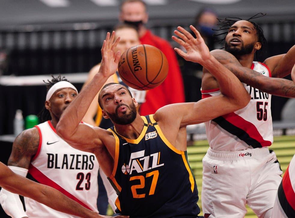 <p>El Jazz tuvo otros cuatro hombres que atraparon al menos seis rebotes, incluido Clarkson con siete tras salir de la banca.</p>