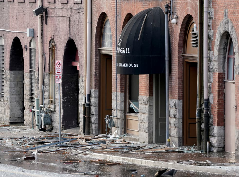 <p>Un vehículo recreacional estacionado explosionó y dañó varios edificios. No se reportaron heridos de inmediato.</p>