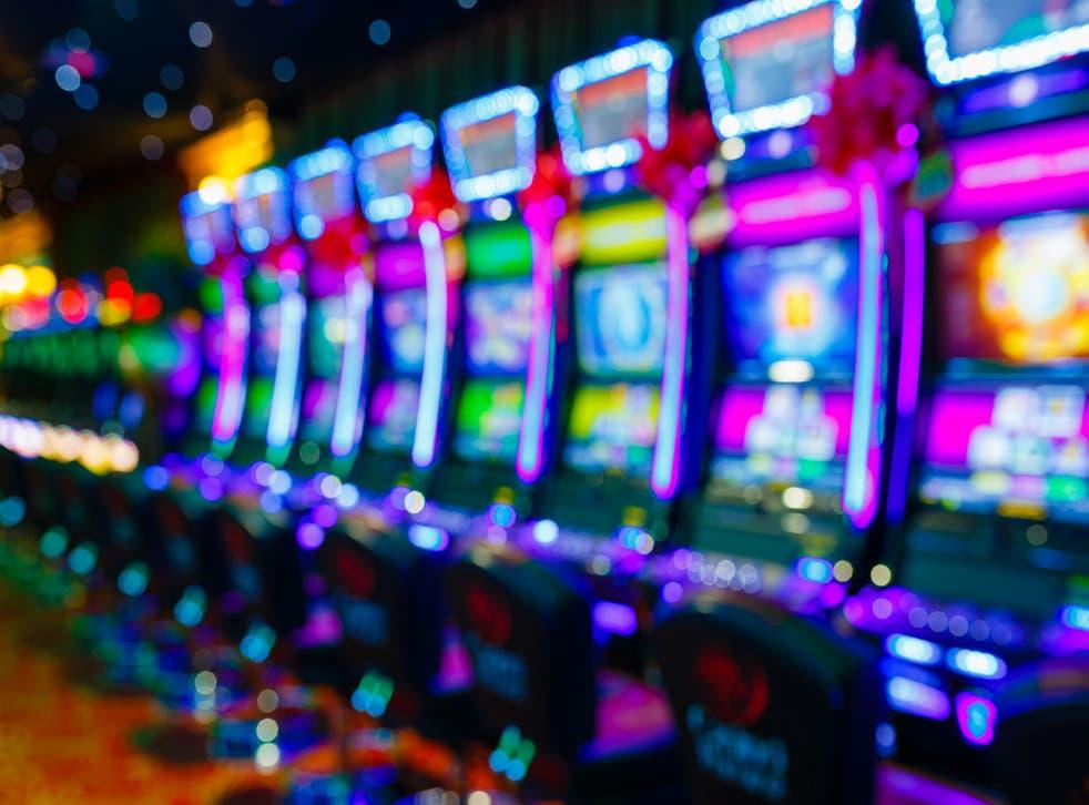 <p>Un hombre jugó $40 dólares en un tragamonedas y ganó más de $15 millones de dólares.</p>