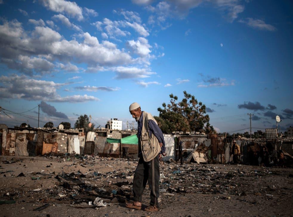 <p>Un anciano palestino camina por un barrio pobre en las afueras del Campo de Refugiados de Khan Younis en el sur de la Franja de gaza, el miércoles 25 de noviembre de 2020.&nbsp;</p>