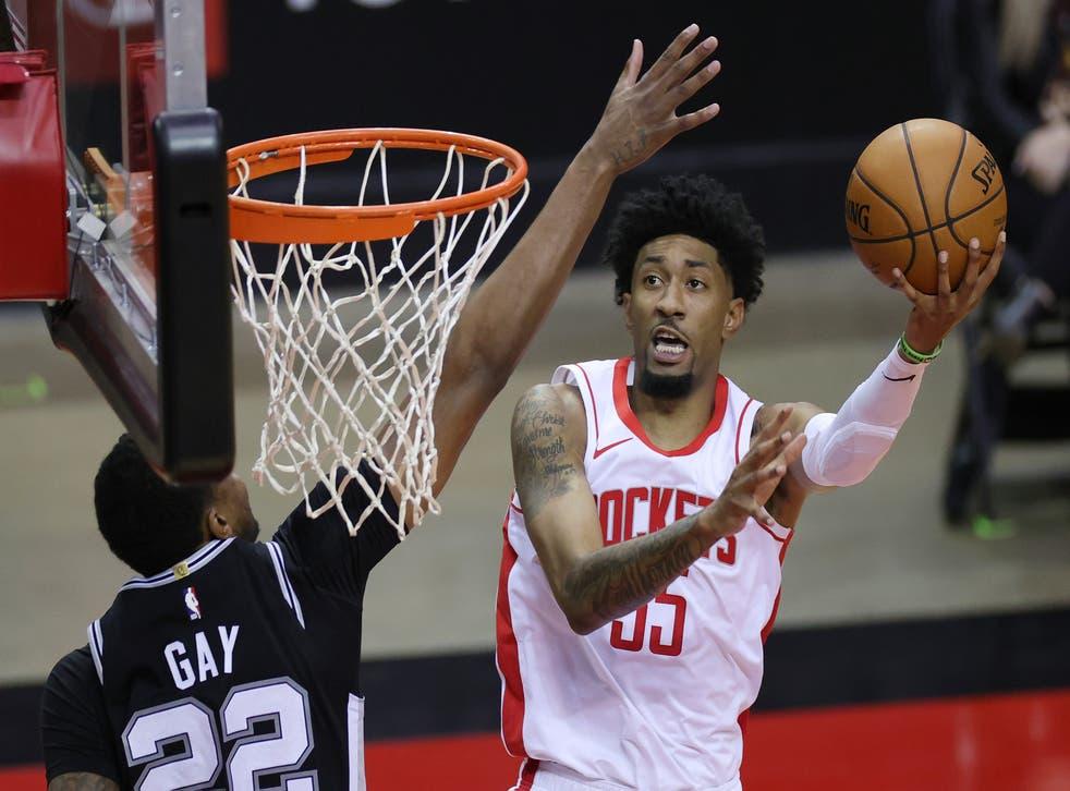 <p>HOUSTON, TEXAS - 17 DE DICIEMBRE: Christian Wood #35 de los Houston Rockets lanza un tiro contra el defensor Rudy Gay #22 de los San Antonio Spurs durante el segundo cuarto de un partido en el Toyota Center el 17 de diciembre de 2020 en Houston, Texas. &nbsp;</p>