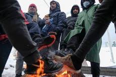 Cientos de migrantes sufren el frío en campamento en Bosnia